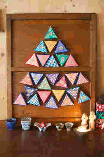 三角の箱を戸板に貼り付けてツリー形に飾れば、可愛いインテリアに♪箱は折り紙などで作れるので、子供たちと一緒に作るのもオススメです。
