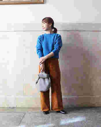 カジュアルなパンツルックも、きゅっと詰まった首元で女性らしい印象に。明るいブルーで冬の装いに華やかさをプラス。