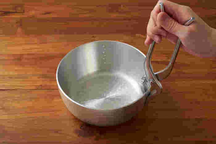 ペンチのような形状の「やっとこ」でお鍋をつかむから、「やっとこ鍋」と呼ばれます。てこの原理でがっちり挟めるから、鍋を落っことすなんて心配もありません。