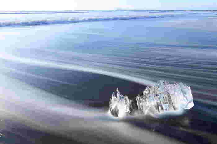 よりアーティスティックな写真を撮ってみたいなら「ロングシャッター」に挑戦してみては?波の軌跡が筋のように残り、とても幻想的なカットに。手ブレしないように三脚やスタンドを持って行くといいですよ。
