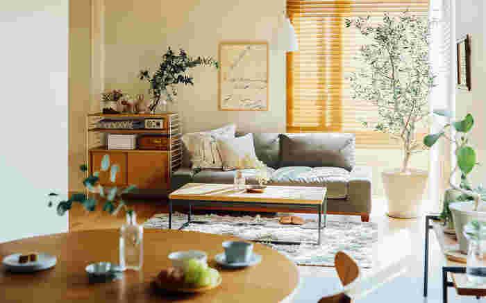 窓があるのに、あまり風が入らないと感じるときは、空気が入ってくる側の窓を小さく開け、空気が外に出ていく側の窓を大きく開けてみましょう。小さい隙間からは勢いよく入って、大きな隙間から出ていきやすいという空気の持つ性質を利用することができます。  部屋や窓の配置によっても、効率的に換気できる窓の開け方が変わってくるので、どの窓を開けると、どれくらい風が動くかを探して、じっくり研究してみるのも面白いですね。