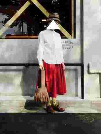白シャツ×深みのある赤のスカートの組み合わせも秋らしくて素敵ですね。靴下や帽子、バッグで個性を出してあげるとオリジナルのコーデが楽しめそう。下に向かってボリュームが出るシルエットが素敵です。