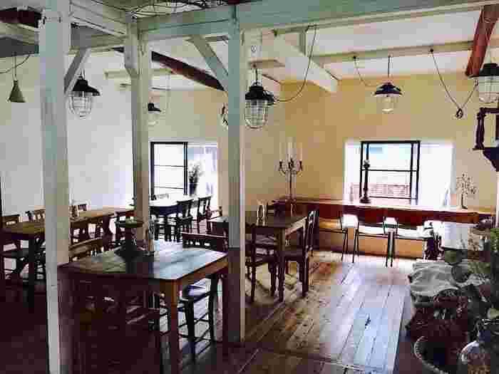 リノベした昭和の民家にしっくりなじむ、使いこまれたテーブルやチャーチチェア、照明。席数は30ほど。