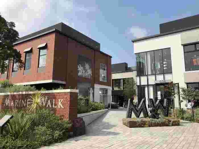 「MARINE & WALK YOKOHAMA」は、海沿いの倉庫街に街路をつくるという発想から生まれたオープンモール。2016年にオープンしました。