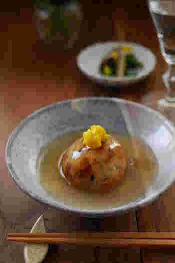 里芋団子は、潰した里芋に豆腐や野菜を混ぜ、片栗粉をまぶして揚げて作ります。揚げたら冷凍保存できるので、作り置きしておきたいですね。冬のおもてなしで出しても素敵です。