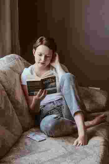 寝る前の少しの時間に、スマホを眺めるのではなく、本を読む時間にスウィッチして、ルーティンにしてみませんか?本を読むことにより、スムーズな睡眠への導入も期待できます。