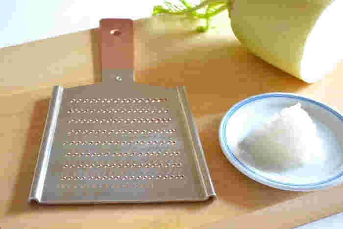 プロの料理人の方々からも絶大な支持を受けている「大矢製作所」の銅の切れ味抜群のおろし金。昔からおろし金に適していると言われている銅を使い、持ち手の部分以外は、錆止めの役割と、食材の味を変えないたに、錫でメッキが施されています。