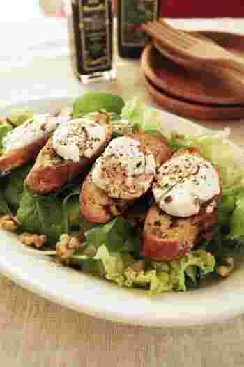 【クルミを散らした、焼きシェーブルチーズのグリーンサラダ】 チーズトーストを乗せる、フランスの美味しいサラダ。3ステップの簡単レシピです。