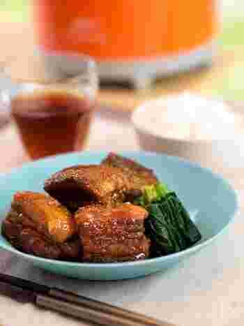 おもてなしにも人気の豚の角煮ですが、ゆっくり煮込み時間が取れる時にしか作ることができない幻のメニューになっていませんか?ホロっホロの豚の角煮も、保温調理鍋なら加熱するのは下茹でに10分、調理に10分の合わせて20分だけ!本当に味が染みているのか心配になるくらい簡単です。もちろん、味染みばっちり、柔らかさ格別ですので心配には及びませんよ。