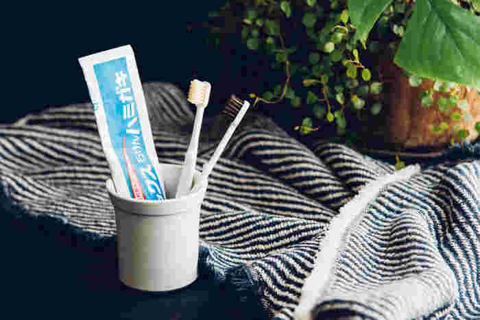 ドラッグストアなどでなんとなく選ぶことが多い歯ブラシですが、ちょっとこだわってみませんか。こちらの「江戸屋」の歯ブラシは、なんと天然毛でできています。やわらかめ・ふつうは馬毛、かためは豚毛なんですよ。ふつうの歯ブラシよりも長持ちするそう。