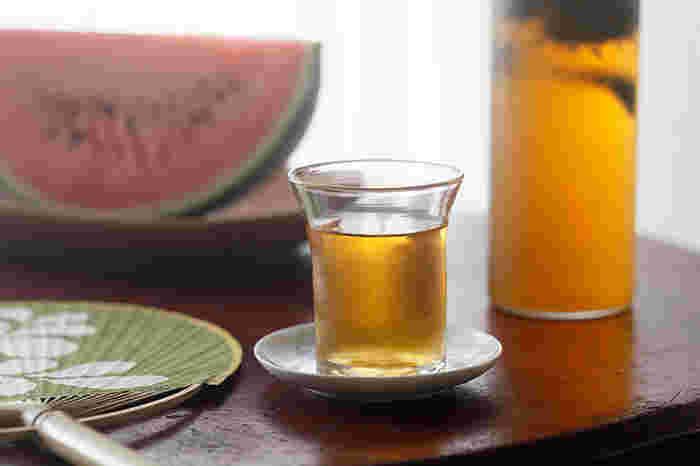 ほうじ茶は香ばしい香りがそのまま水に移り、スッキリとした上品な味わいです。2袋を1ℓのお水に入れ、6~7時間かけて抽出します。