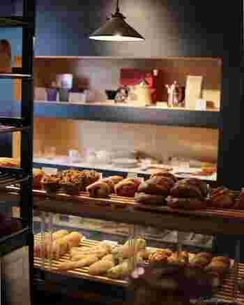 """ショーケースには豊富な種類のパンがずらりと並び、棚には食器や食卓小物などがセンス良くディスプレイされています。""""食のセレクトショップ""""としての楽しみ方もできる魅力的なお店です。"""