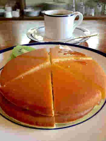 ふっくらとした生地が美味しそうなホットケーキも、はずせません♪フルーツとクリームが添えられていて、どこか懐かしい見た目と味わいを楽しめます。始めから6等分にカットされているところに、オーナーさんの心遣いを感じますね。