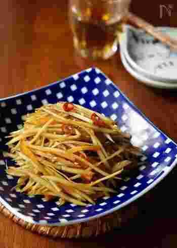 和食の定番、きんぴらごぼうも、実はめんつゆがあれば超簡単に美味しく仕上がります。シャキシャキっとした食感とピリ辛な味付けは、白いご飯のお供にぴったり!多めに作って常備菜としてストックしtおけば、お酒のおつまみとしても楽しめますね!
