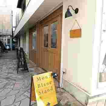 日々新しいお店がOpenしている鎌倉ですが、その中でも最近話題を呼んでいるお店が「モンブランスタンド」です。  場所は鎌倉駅東口より海岸方面に徒歩約5分。生地屋さんスワニーのお隣です。
