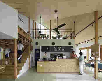 天井が高くナチュラルでクリーン。まるでリビングルームのような空間。爽やかな気分で過ごせそうです。