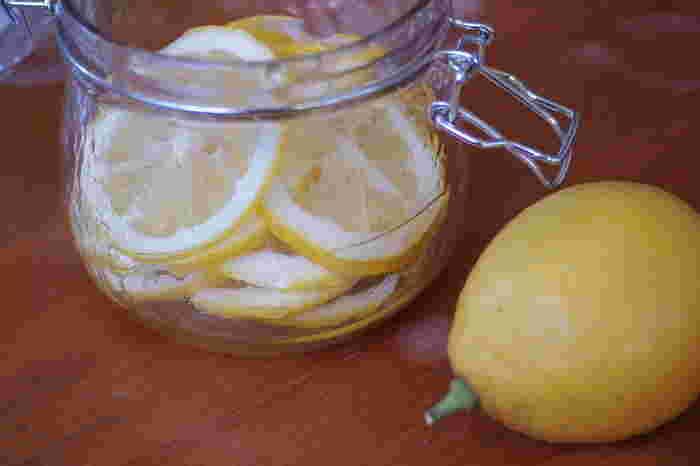 懐かしい青春の味!?レモンのはちみつ漬け。 実は色んなアレンジ方法で様々な料理に変身できるんですよ。 今回はレモンのはちみつ漬けを使った簡単レシピをご紹介いたします!