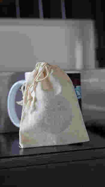 布製の小さな巾着にドライハーブを入れるだけでも、簡単にサシェを作ることができます。