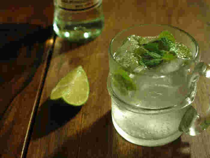 モヒート。ラム酒をベースにライムとたっぷりのミントが入ったカクテルです。特に夏、人気があります。