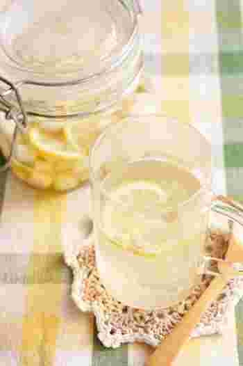 乾燥でのどがイガイガイしてきた時に効果的なのが、はちみつとレモンを使ったドリンクです。大根、レモン、はちみつでシロップを作っておけば、あとはお湯を注ぐだけ。漬け込んだ大根も、美味しく頂けますよ。