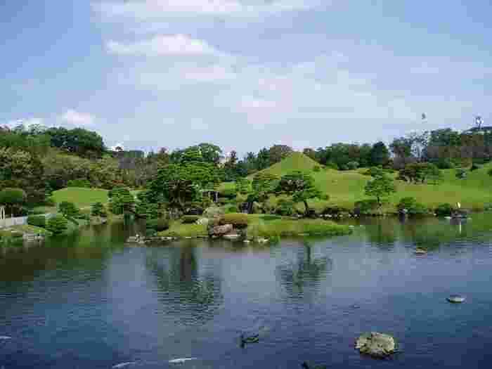 """日本庭園の美しさを感じられる「水前寺成趣園」は、市民からは""""水前寺公園""""と呼ばれて親しまれています。市内中心部からは少し離れていますが、市電の水前寺公園前から徒歩3分で訪れやすい場所。"""