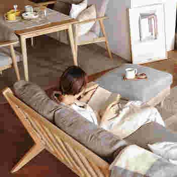 オットマンもサイドテーブルとして。トレーを使えば、安定して飲み物などが置けるようになり、座面も広いのでさらに本なども置けて便利です。くつろぎ空間をお好みでカスタマイズできるのも【スツールやオットマン】ならではです。
