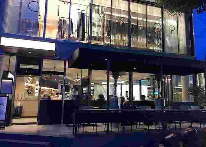 """骨董通り・小原流会館の角を曲がった路地に、2015年、""""グルメサラダ&デリ""""をテーマにオープン。 北青山の人気カフェ&デリカテッセン「PARIYA(パリヤ)」のオーナー、吉井 雄一氏が手掛けたライフスタイルショップ「CITY SHOP」の1階に入っています。"""