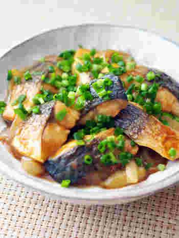 フライパンで塩サバを焼き、玉ねぎや麺つゆなどを加えて煮ます。最後にカレールウを入れて完成。コクのあるサバには、濃厚なカレー味がよく合います。