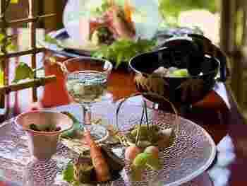駿河湾、相模湾産の魚介や、修善寺や天城で育った野菜など、旬の食材を懐石料理でいただけます。盛り付けも芸術的な美しさで、心が華やぎますね。