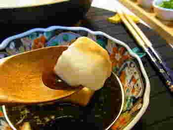 佐賀県にある嬉野温泉の郷土料理「温泉湯豆腐」がとろとろ湯豆腐の元祖。「温泉湯豆腐」を再現したのが重曹湯豆腐なのです。