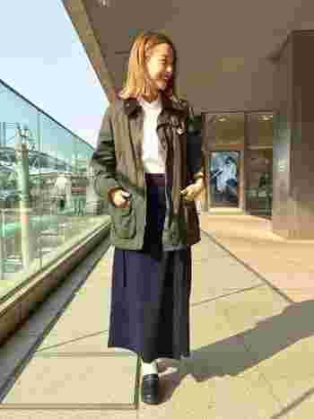 サボは、スカートと合わせれば女性らしく可愛く着こなせますよ。ぺったんこではなくて、少し高さがあるのでスタイルよく着こなすことができます。