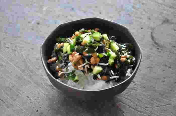 生食用のわかめに、納豆やきゅうりを和えて。じゃこも入っているので、栄養面もおいしさも満点です。