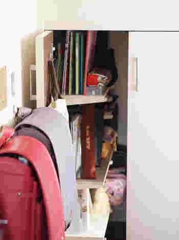 ランドセル置き場のすぐ近くのキャビネットには、子どもたちの学校用品を収納。朝の登校の準備もこれならラクにできますね。