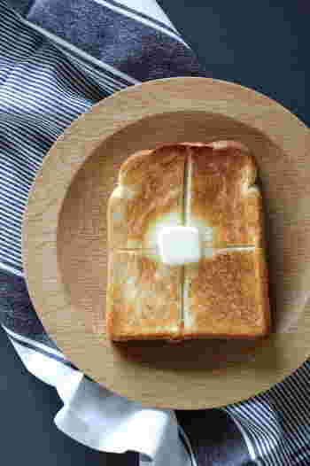 材料を入れれば、ボタンひとつで朝には焼きたてのパンが食べられるホームベーカリー。パンが焼きあがる香りに心まで癒されます。