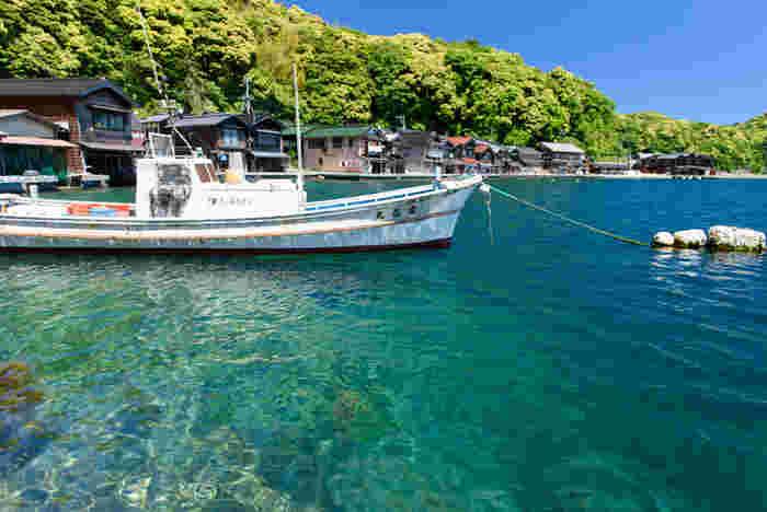 伊根町は、日本海に突き出た丹後半島の北東部に位置しており、古くから京の都と海上交通を結ぶ交易地として栄えてきました。現在でも、旬の海産物を求めて京都府内外から大勢の観光客がこの地に足を運んでいます。