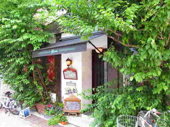 阿佐ケ谷駅から徒歩1分、緑におおわれた入り口は、知る人ぞ知る老舗の喫茶店「ギオン」です。