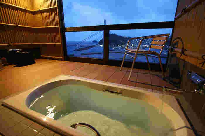 人気なのが露天風呂付き(こちらは温泉ではありません)の客室。美しい夕景の他、夜になると漁火が灯る様子も漁港の趣を感じさせます。晴れた日には満点の星空も見られますよ!
