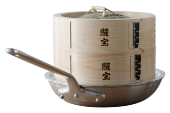食材を入れたお皿がすっぽり入るような大きなせいろは、中華鍋にセットして。