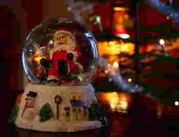 スノードームもクリスマスモチーフのものがたくさん!リアルなサンタさんが北欧らしくて愛らしい♪