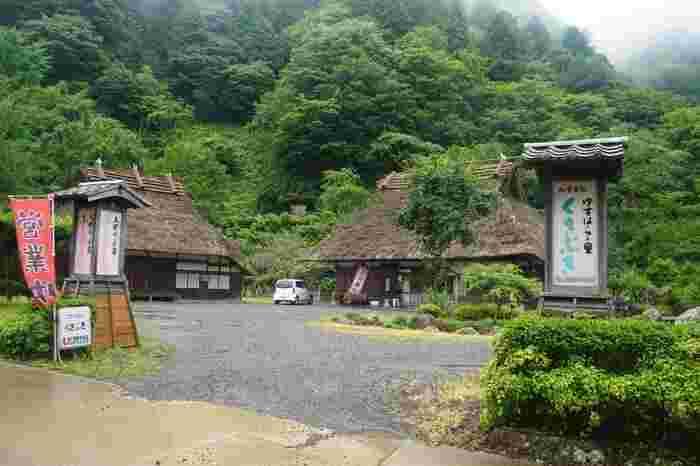 道の駅ゆすはらには、農家レストラン「くさぶき」も併設されています。  こちらのお店では、梼原特産の高麗雉(こうらいきじ)を使った「キジグルメ」で有名。また、キジ飯のほか、ナスのタタキ、そば、山菜など、梼原ならではの食材を使った料理を楽しむことができますよ。  隣の太郎川公園には、アスレチック、生態学習館、キャンプ場、草スキー場などもあるので、お子さん連れの方のレジャーにもおすすめしたいスポットです。