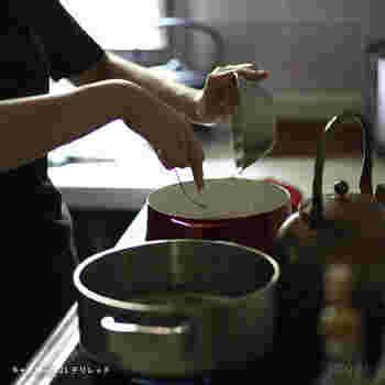 レシピをベースにつくっても、なんだか違うと思うことも。そんなときに覚えておきたいのが、味付けの順番です。出汁をベースに、さしすせその順で甘い調味料からから順に入れて味を調えていきましょう。