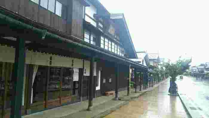 新潟県・塩沢にある「青木酒造」は、かつて三国街道沿いの宿場町として栄えた塩沢の歴史のある通りに位置し、雪国ならではの雁木造りの街並みの中で300年以上続く酒蔵です。