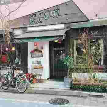 阿佐ヶ谷駅前にある、ネオンの文字が目印のレトロな喫茶店です。骨董品の時計や照明が備え付けられ、ブランコ席もある個性的な空間に圧倒されます。  モーニング:8時半~12時 定休日:年中無休