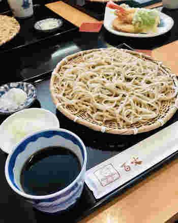 福島県会津山都町産の蕎麦粉を使っているのがこだわり。シンプルなもりそばでいただくと、香りと風味がしっかり感じられます。