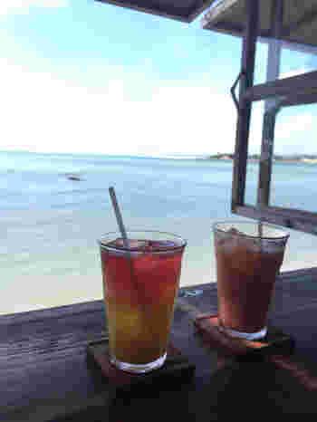 海を臨むカウンター席のほか、屋上やウッドデッキのテラスもある広めのカフェ。どの席からも、おだやかな海を楽しむことができますよ。