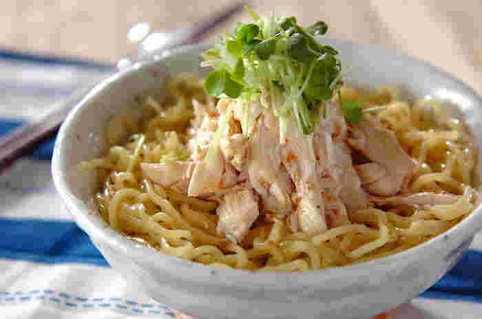 冷やし中華用の麺で作る、冷やしラーメン風の梅ささ身冷やし中華は、梅肉とカイワレ、白ごまが和の風味を醸し出し、ささ身とカイワレのシンプルな盛りつけも食欲をそそります。