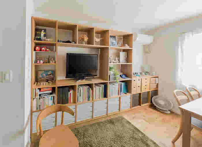 壁面を大きく使った収納スペースが目を引くコーディネート。TVや雑貨、本など大量のアイテムを収納することが可能です。これだけの収納力があれば大体のものはここに片づけられるので、他の場所に収納アイテムを置かなくても済みますよね。壁という空間をうまく使っている、スッキリとした印象のお部屋です。