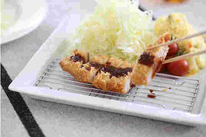 揚げ物の油を切るのに便利な網がついたプレートです。揚げ鍋から引き上げた食材を、別のお皿に移し替えることなくテーブルへ運ぶことができます。揚げたてのサクサク食感を保つことができますよ。
