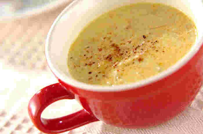 ツナと新玉ねぎを炒め、ジャガイモをすりおろして自然なとろみをつけた優しい味のカレースープです。お子さまにも喜ばれそうな一品♪