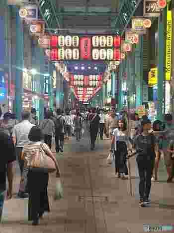 吉祥寺駅北口を出て目の前にあるアーケード街「吉祥寺サンロード商店街」。この界隈に数ある商店街の中でもメイン通りとも称される、昔ながらのいかにも「商店街」という風情の通りで、夏にはお祭りでも賑わいます。そんな商店街の中で、音楽を聴きながらくつろぎの時間を過ごせるお店をご紹介しましょう。